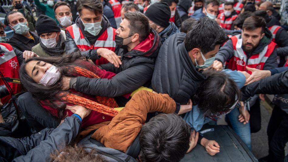 Proteste in Istanbul: Die türkische Polizei geht gegen Demonstranten vor
