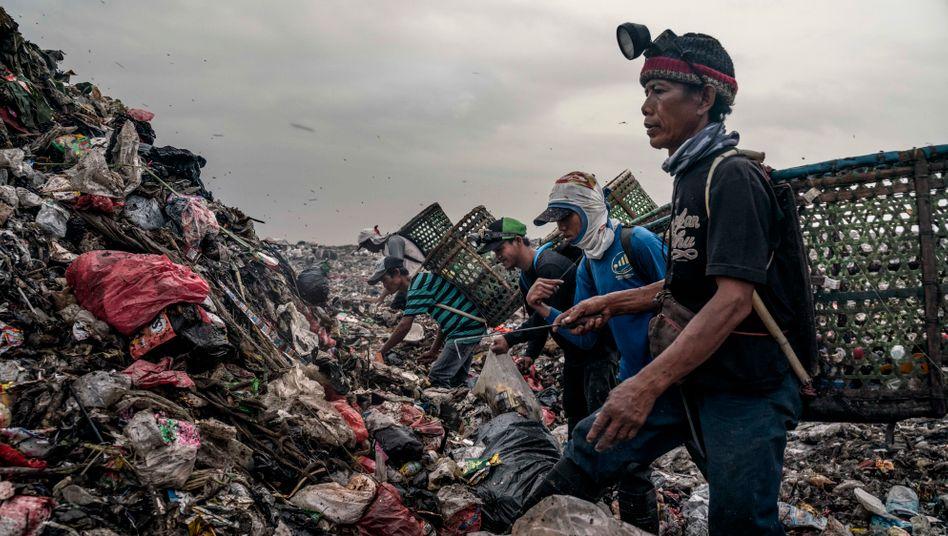 Müllsammler durchsuchen die Abfallreste nach Brauchbarem