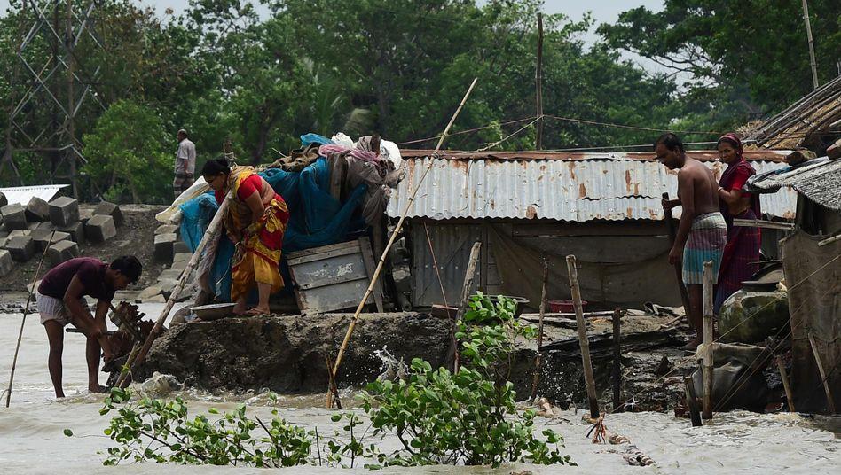 """Menschen in Khulna, Bangladesch, reparieren ihr vom Zyklon """"Fani"""" beschädigtes Haus"""