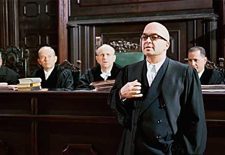 Ein Film als Verbrechen an der Menschlichkeit? Staatsanwalt Kramer (Florian Martens, r.) vertritt die Anklage gegen Harlan