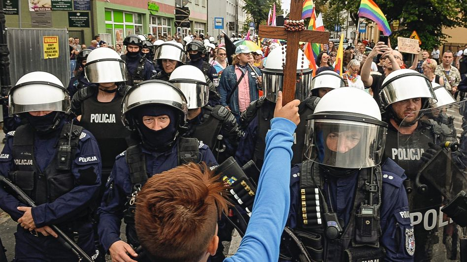 """Gegendemonstrant, Polizisten bei Gay-Pride-Parade in Płock 2019:""""Wir sind Menschen"""""""