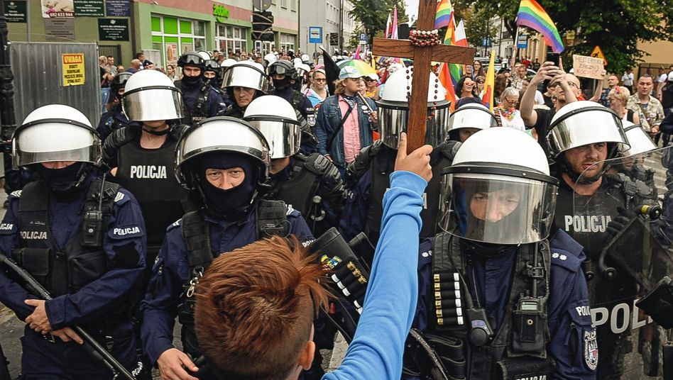 """Counter demonstrators and police at a gay pride parade in Płock in 2019: """"We are people, not an ideology."""""""