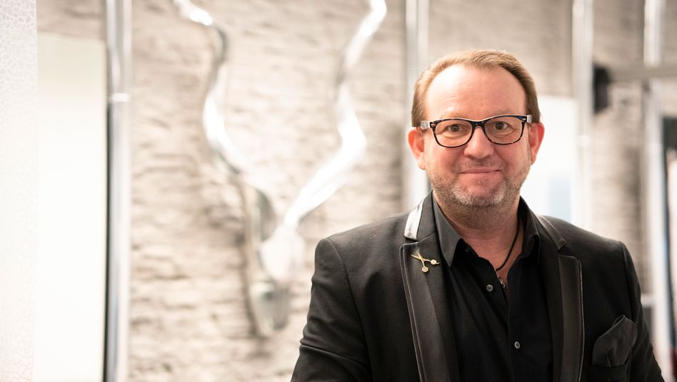 Bayreuther Friseur Andreas Nuissl: Sechs Zentimeter Locken abgeschnitten