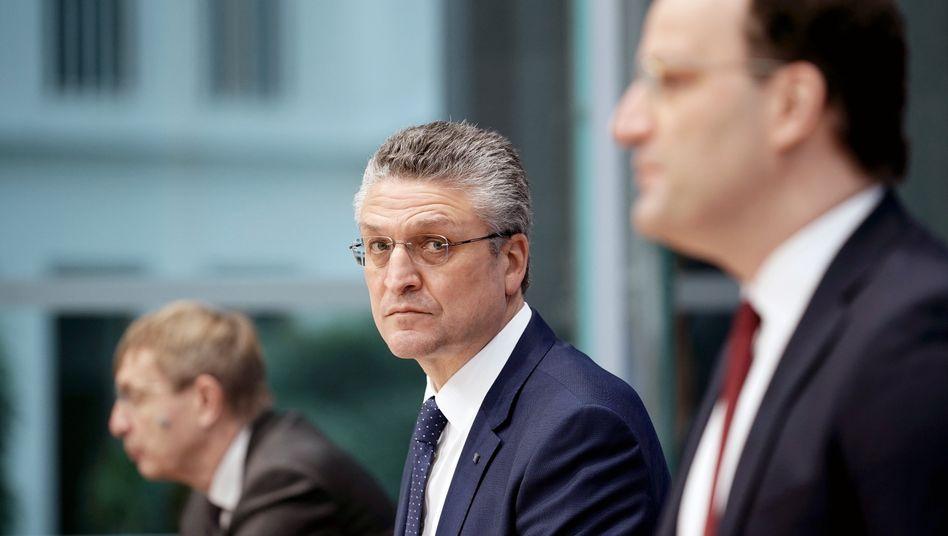 Jens Spahn (r.), Lothar Wieler (M.) und Klaus Chichutek (l.) bei der Bundespressekonferenz