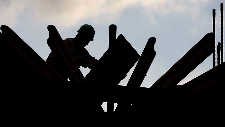 Bauarbeiter auf Baustelle in Düsseldorf: Deutlich geringeres Wachstum erwartet