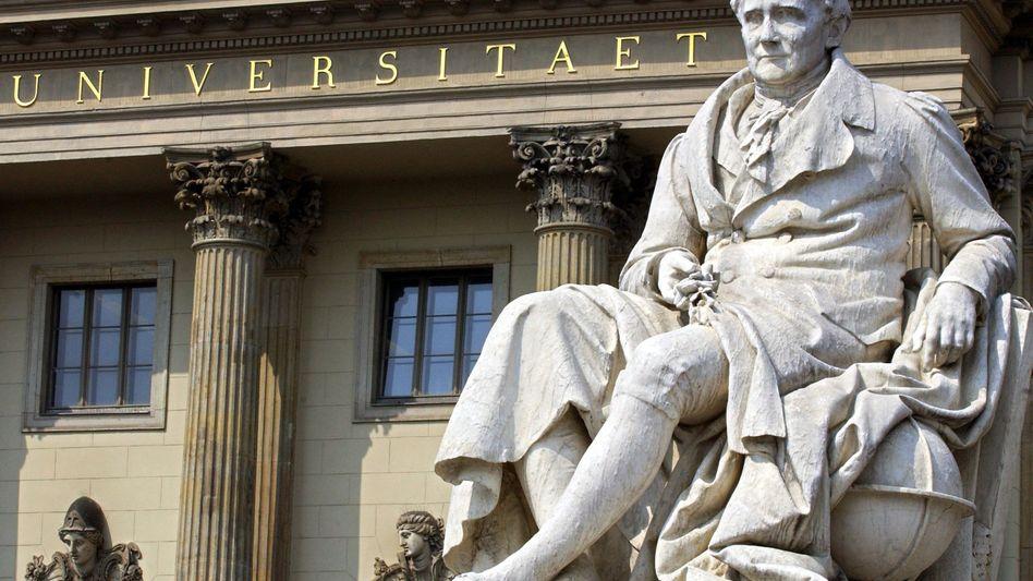 Humboldt-Denkmal vor der HU-Berlin: Stupa-Wahlbeteiligung im einstelligen Bereich