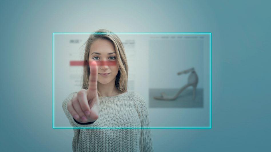Junge Frau beim Onlineshopping: Jeder Klick wird genau erfasst