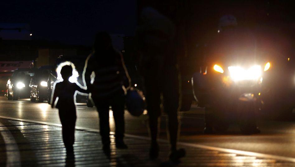 Flüchtlinge auf ungarischer Autobahn: Weiterreise nach Österreich und Deutschland