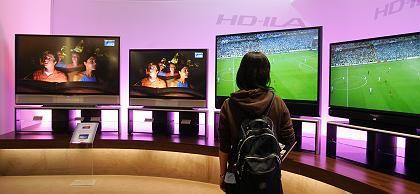 Besucherin auf IFA 2006: Welcher Bildschirm ist am sparsamsten?