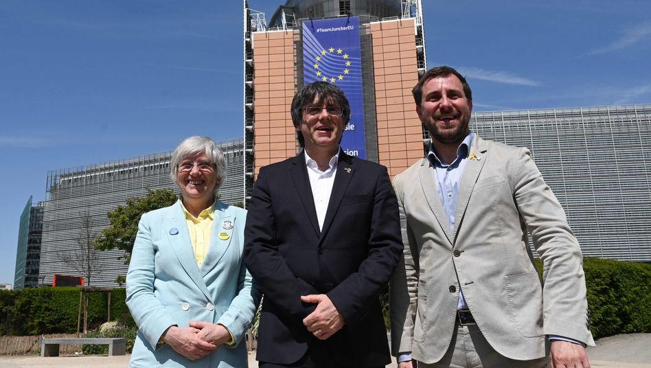Katalanische Separatisten Clara Ponsati , Carles Puigdemont und Toni Comin vor der Europäischen Kommission am 24. Mai