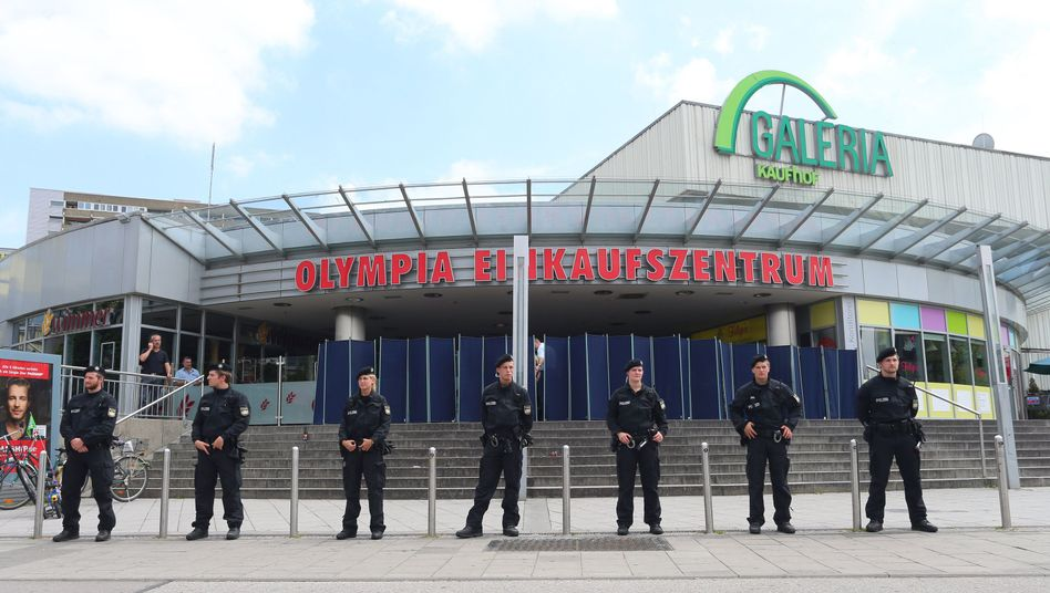 Polizeibeamte vor dem Olympia-Einkaufszentrum in München