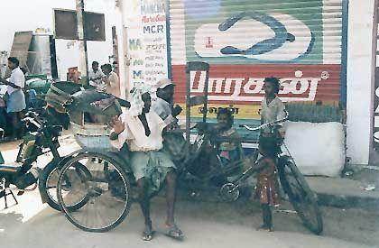 Eine Fahrradrikscha in Pondicherry. Die muskelbetriebenen Fortbewegungsmittel weichen aber zunehmend den dreirädrigen Autorikschas