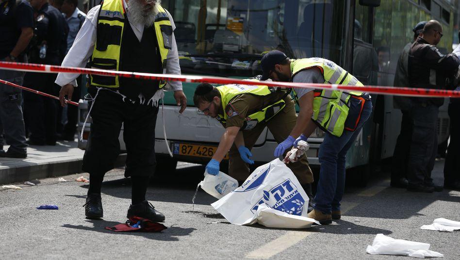Sicherheitskräfte am Tatort: Das Opfer wurde schwer verletzt