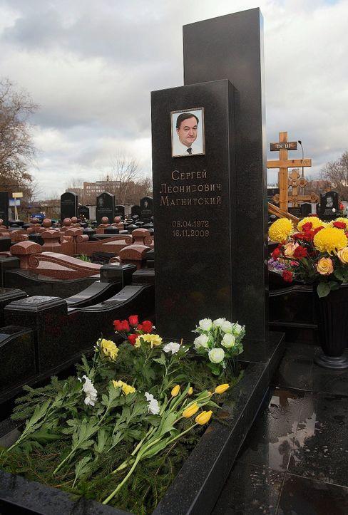 Ungereimtheiten und Widersprüche: Das Grab von Sergej Magnitski auf dem Moskauer Preobraschenski-Friedhof. Er starb 2009 in einer Moskauer Gefängniszelle. Sein Chef Bill Browder sagt: Das war Mord.