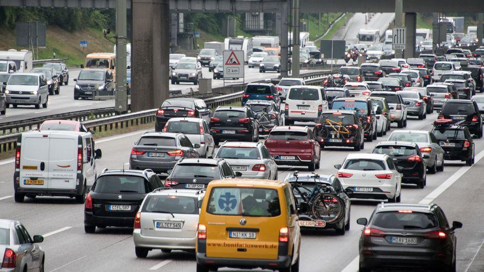 Der Verkehr staut sich auf der Autobahn 7 in Höhe Othmarschen am Elbtunnel (Archivbild)