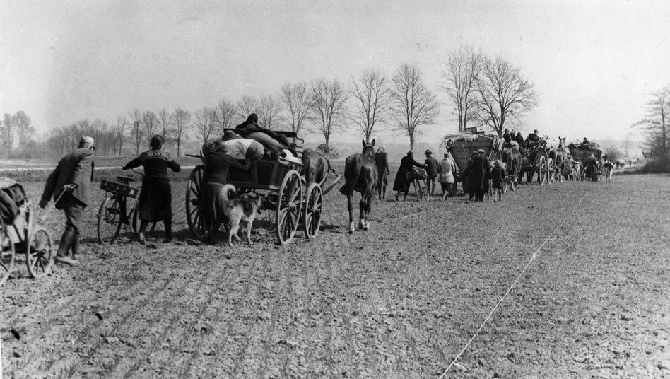 In langen Trecks zogen Männer, Frauen und Kinder Richtung Westen