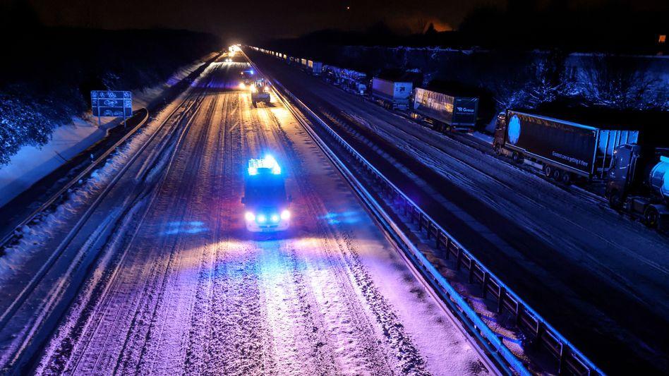 Nur noch Polizei und Rettungskräfte fahren: Autobahn in NRW in der Nacht zum Dienstag