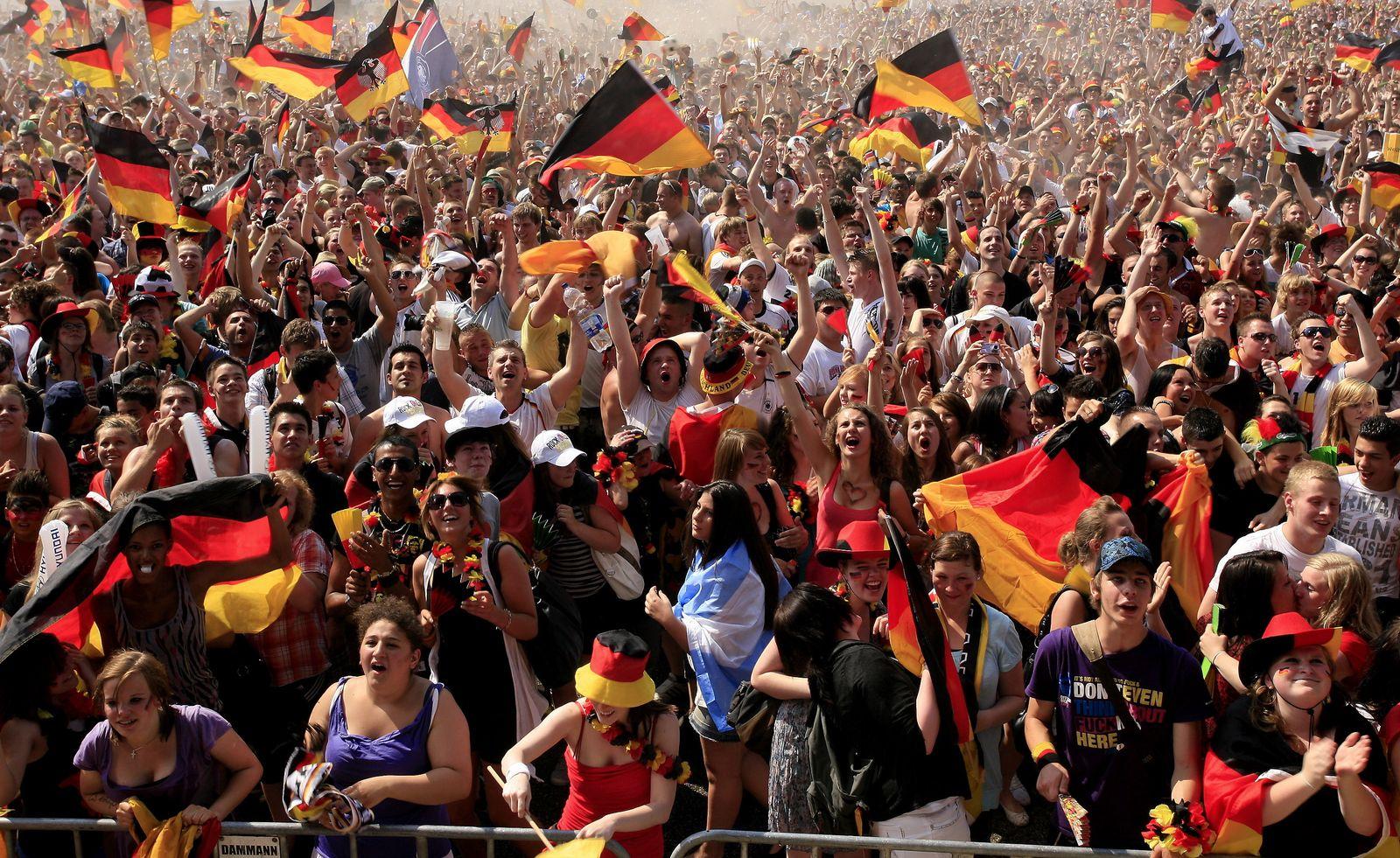 NICHT VERWENDEN WM 2010: Public Viewing in Hamburg