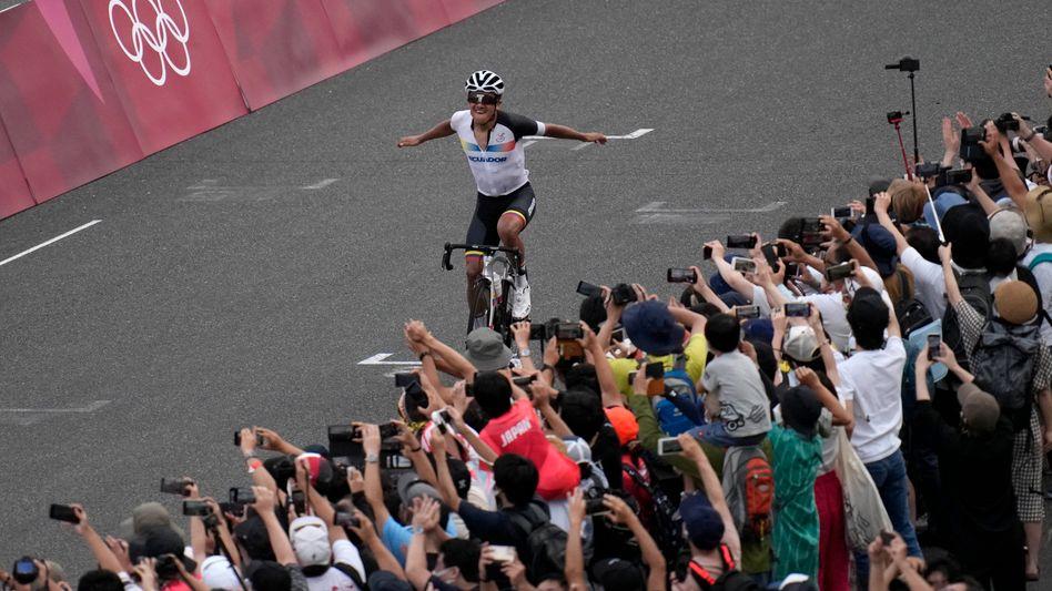 Richard Carapaz bejubelt seine Goldmedaille