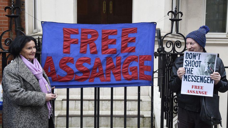 """Unterstützer von Assange vor der Botschaft Ecuadors in London: """"Lasst Assange frei"""""""