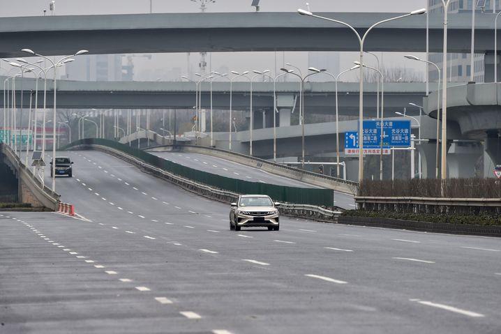 Nur wenige Autos sind auf den Straßen von Wuhan zu sehen: Die Beschränkung der Bewegungsfreiheit gilt als eine wichtige Maßnahme im Kampf gegen den Erreger