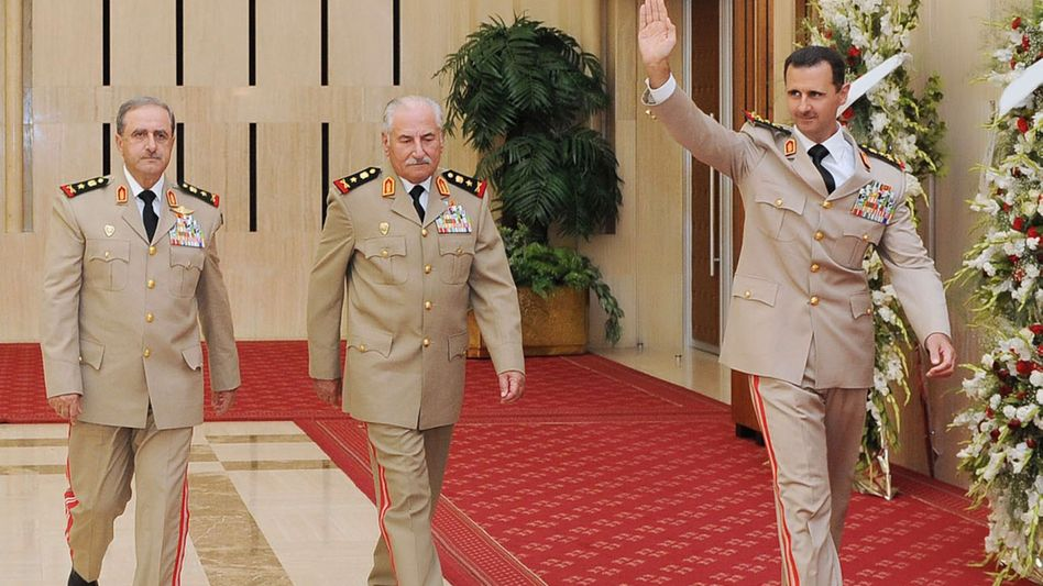 Austausch: Assad (r.) mit Habib Mahmud (M.) und dessen Nachfolger Radschha.
