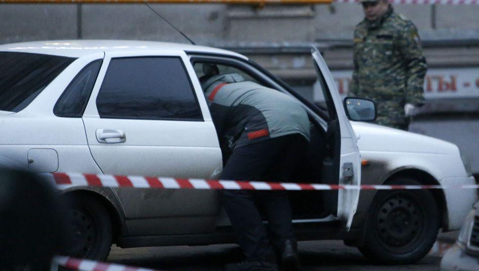 Moskau am Samstag: Ermittler untersuchen ein verdächtiges Auto