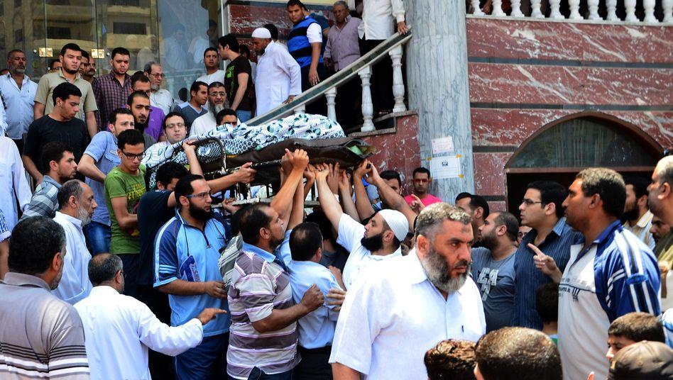 Beerdigung eines Opfers in Mansura: Mehrere Tote bei Protesten in Ägypten