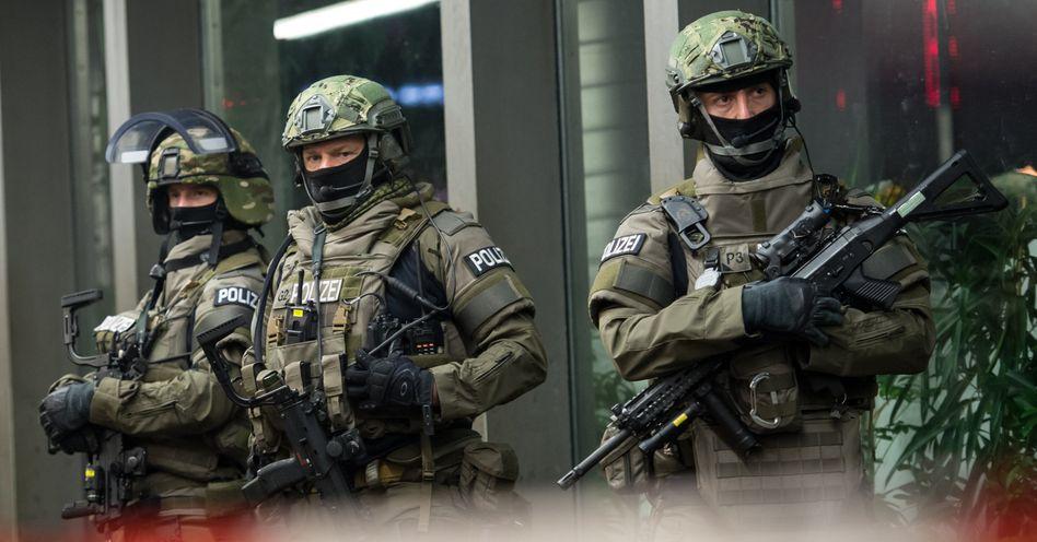 Schwer bewaffnete Polizisten in München vor dem Hauptbahnhof: Der Tipp kam von einem Iraker