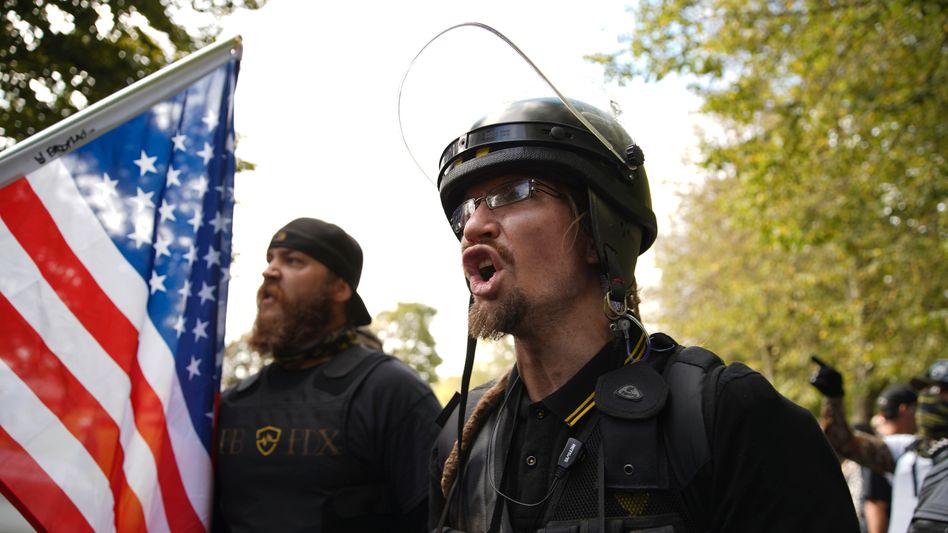 """Rechte Milizionäre bei einem Aufmarsch in Portland: """"Es wird Unruhen geben, tote Zivilisten."""""""