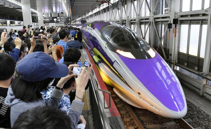 """Bahnhof Hakata: Letzte Fahrt des """"Evangelion""""-Shinkansen am 13. Mai"""
