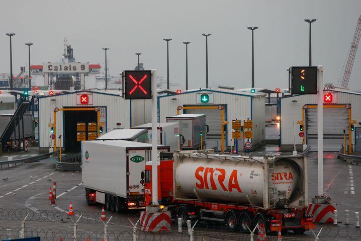 Kontrollposten im Hafen von Calais: Die Post-Brexit-Bürokratie macht Spediteuren das Leben schwer