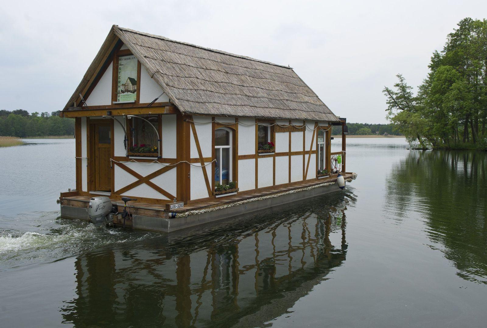 NUR FÜR SPAM Schwimmendes Fachwerkhaus