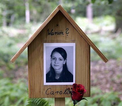 """Eine Tafel in der Rostocker Heide erinnert an Carolin: """"Warum?"""""""