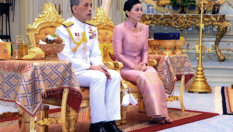 Thailands König Maha Vajiralongkorn (l.) mit seiner Ehefrau Suthida. Bislang war noch nicht einmal bekannt, dass die beiden verheiratet sind.