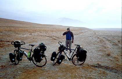 Iran im Dezember letzten Jahres: Erst wurden die Radler in Teheran verwöhnt, dann mussten sie die harte Fahrt durch die persische Steinwüste antreten.