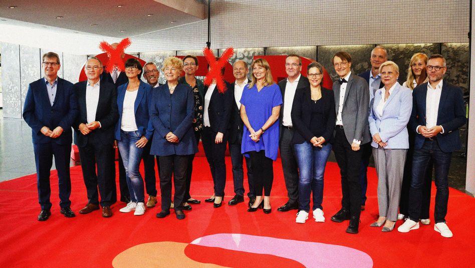 Eben noch das Mannschaftsfoto aufgenommen - und dann auf der Bühne den Rückzug verkündet: Alexander Ahrens und Simone Lange wollen nun doch nicht für den SPD-Parteivorsitz kandidieren.