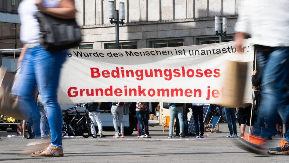 Demonstration für das bedingungslose Grundeinkommen in Berlin