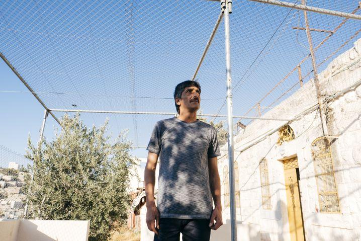 Kameramann Abu Shamsiya vor seinem eingezäunten Haus in Hebron