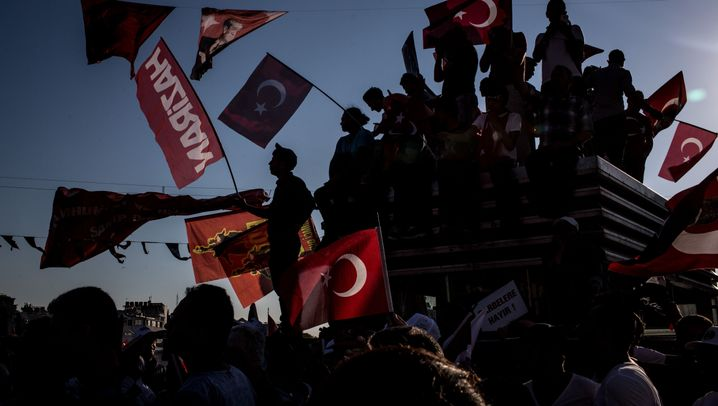 Taksim-Platz: Erdogans Gegner demonstrieren mit Erdogans Anhängern