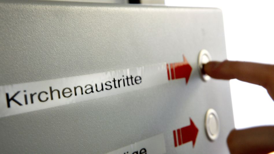 Wartenummern-Automat für den Antrag auf Kirchenaustritt: In Deutschland gibt es offiziell noch 22,6 Millionen Katholiken und 20,7 Millionen Protestanten