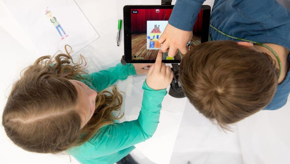 """""""Digitalisierung darf keine Privatsache sein"""": Schulkinder am Tablet (Archivbild)"""