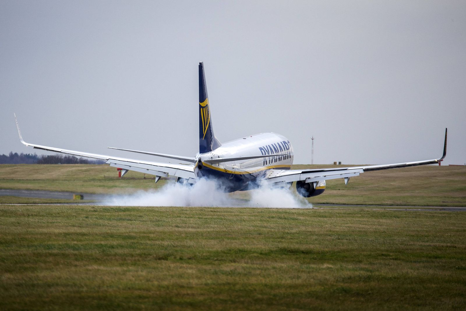 January 6, 2020, Leeds, Yorkshire, UK: Leeds UK. A Ryanair aircraft arriving from Gdansk has a bumpy landing in strong w