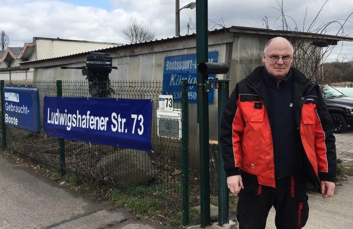 Rudolf Königer vor seiner Bootswerkstatt in Dessau