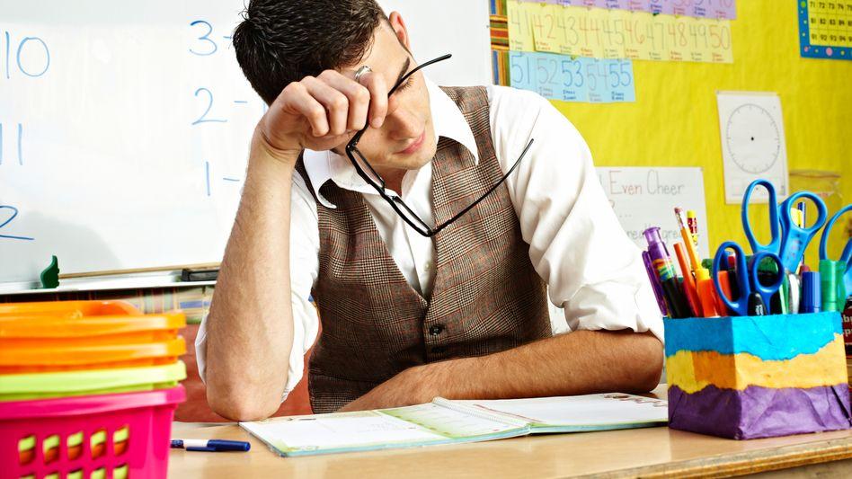 Geschafft am Pult: Manche Eltern beanspruchen Lehrer über Gebühr