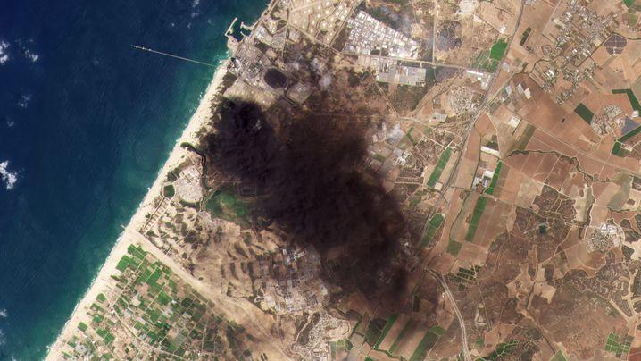 Raffinerie bei Aschkelon vor dem Angriff am 11.05. (l.) und einen Tag später (r.)