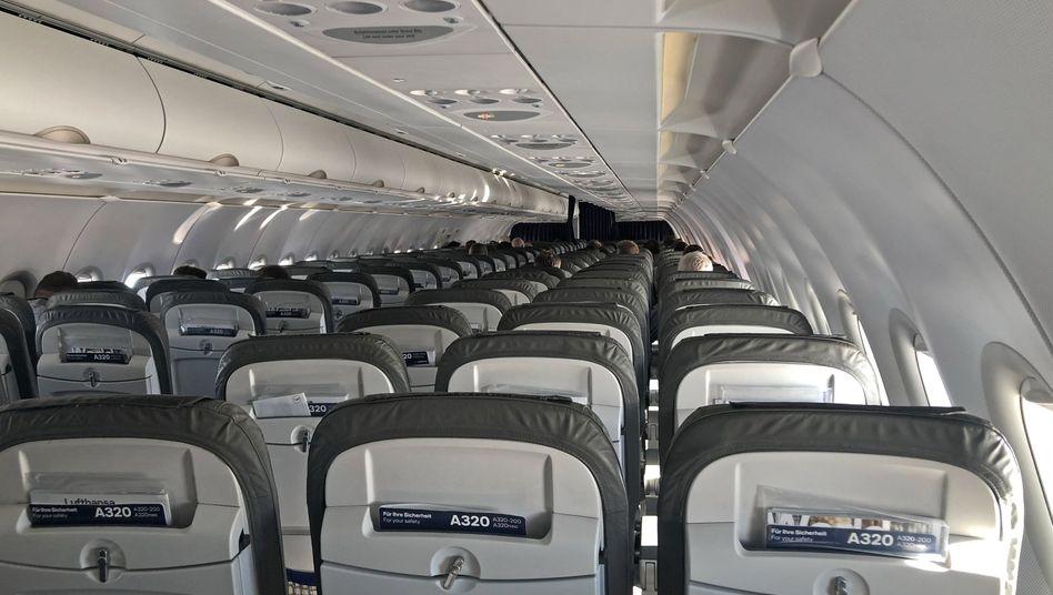Unausgelastet: Leere Sitze auf einem Flug von Frankfurt nach Linz am Mittwoch
