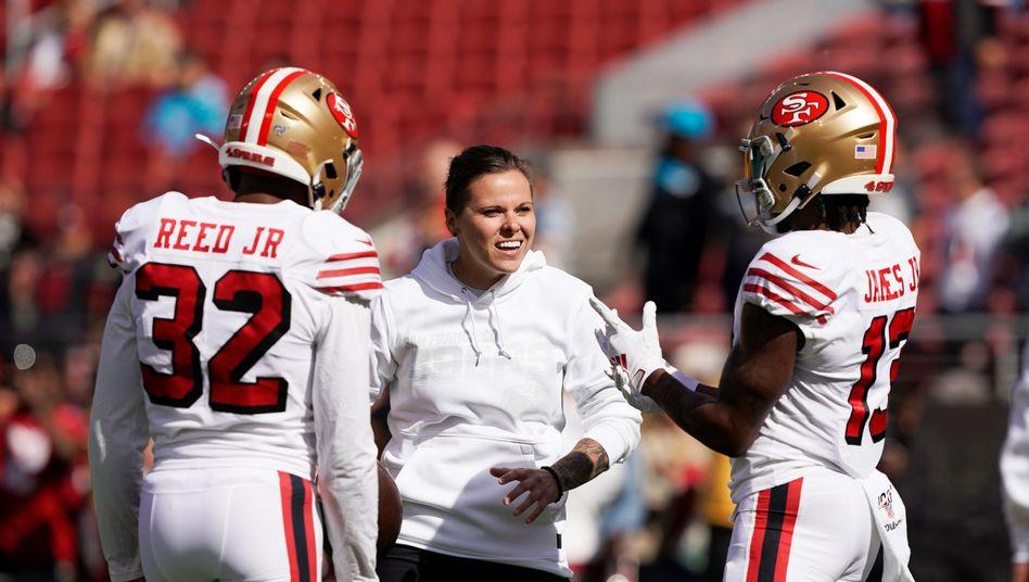 Katie Sowers (Mitte) vor einem NFL-Spiel im Oktober 2019