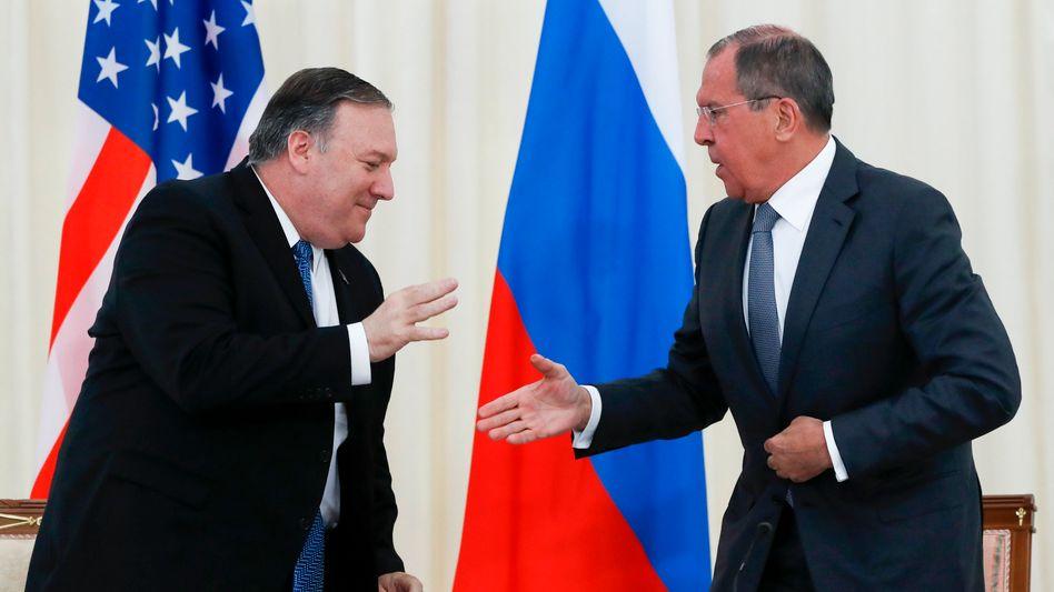 Außenminister Mike Pompeo und Sergej Lawrow bereiten einen Handschlag vor