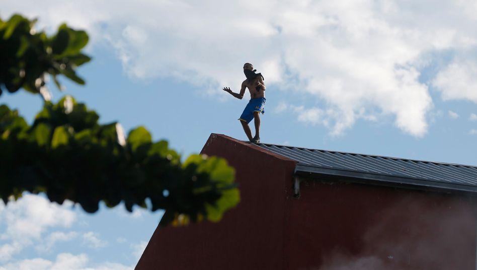 Insasse der Haftanstalt Tacumbú während der Unruhen auf einem Dach